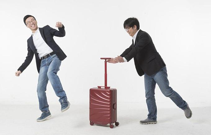 Hai chàng trai Trung Quốc dưới 30 tuổilàm ra vali tự động theo chân chủ nhân và tránh vật cản. Ảnh:Forbes.