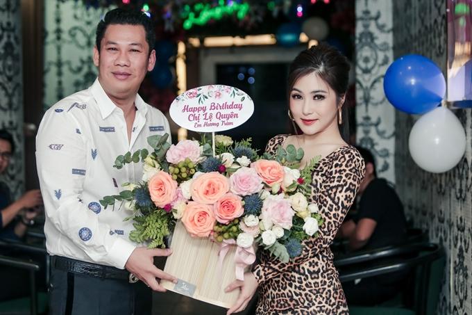 Bận rộn lịch chạy show, ca sĩ Hương Tràm vẫn dành thời gian đến mừng sinh nhật đàn chị. Cô chuẩn bị lãng hoa gửi đến doanh nhân Đức Huy - ông xã Lệ Quyên.