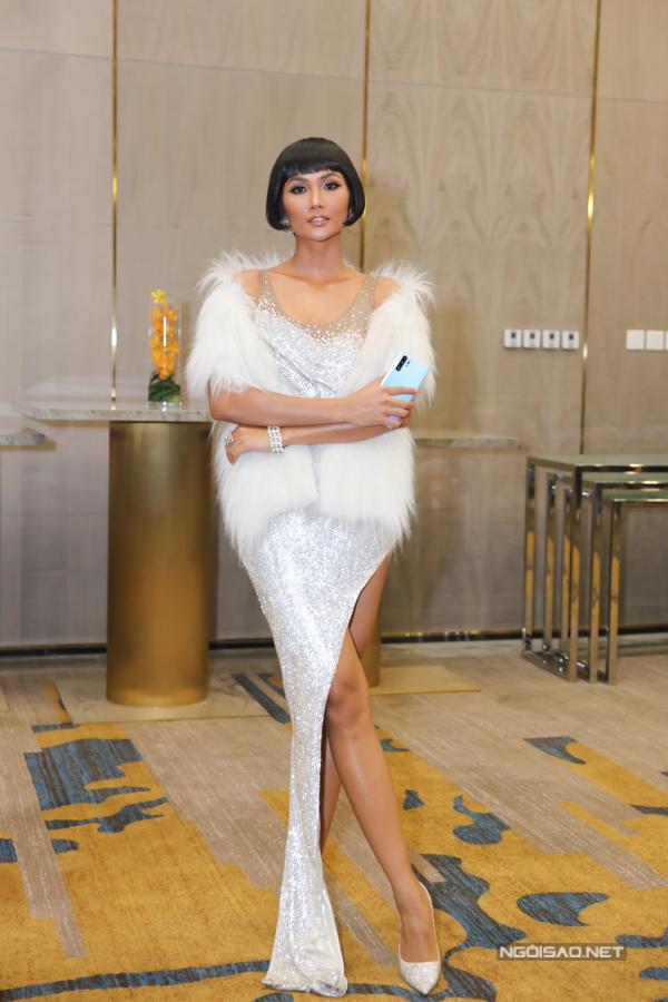 Hoa hậu người Ê đê tự tin diện thiết kế xẻ vạt cao gần tới hông, khoe làn da nâu khỏe khoắn