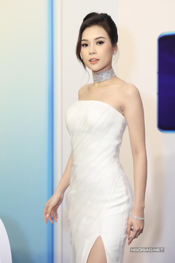 Cô được nhiều người khen ngợi về gu thời trang sang trọng, tinh tế.