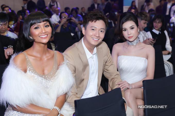 Chàng Bắp vui khi được ngồi giữa hai người đẹp HHen Niê và Sam.
