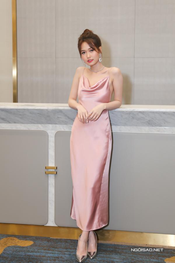 Hot girl Nhung Gumiho diện váy dây, điệu đà khoe sắc trước ống kính.