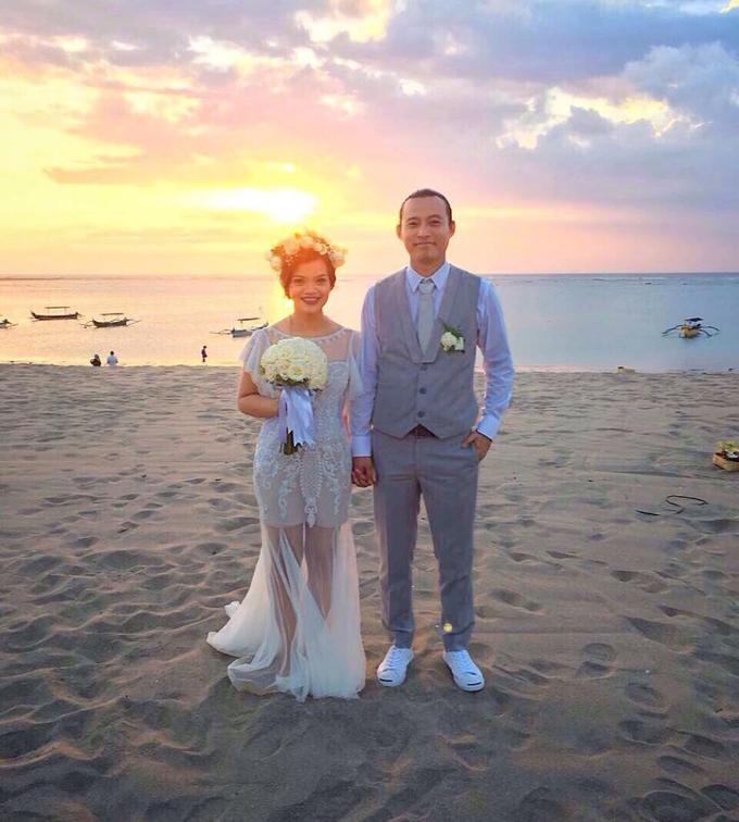 Cuối cùng, cô dâu chú rể phiên bản đời thực cũng lộ diện. Uyên ương mặc trang phục cưới y hệt phiên bản chibi của chính họ.