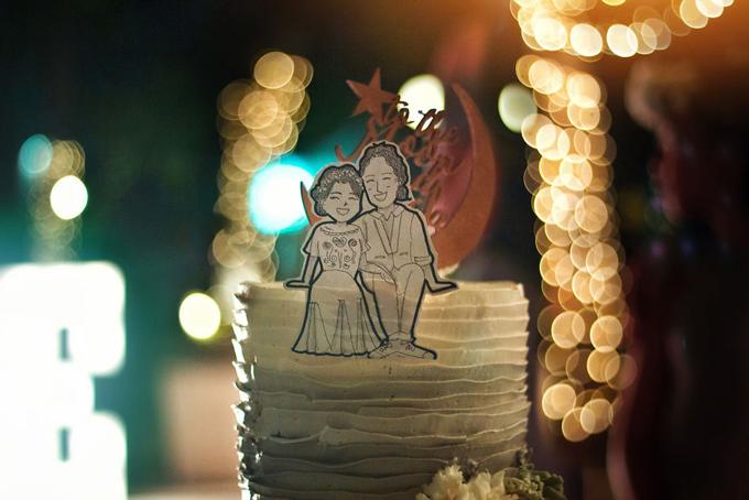 Uyên ương chọn bánh cưới ombre, được trang trí bởi hoa tươi vàmột thông điệp thể hiệnrằng cả haisẽ yêu thươngnhau tới trọn đời.