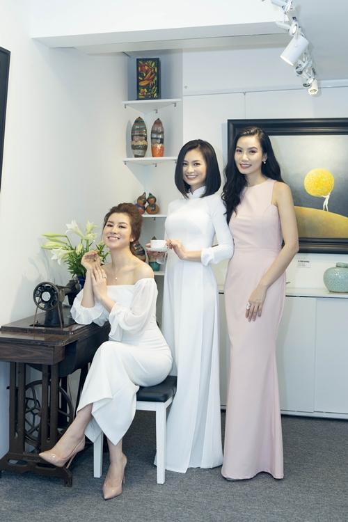 Diệu Hương tươi tắnbên Lương Giang và Lưu Huyền Trang. Cô tiết lộ bí quyết trẻ lâu là nhờ cuộc sống hôn nhân viên mãn.