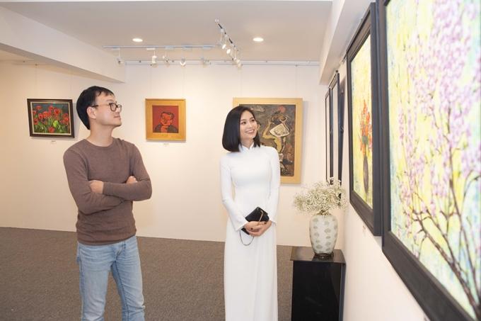 Vợ chồng Diệu Hương cùng tham dự buổi khai trương phòng tranh của diễn viên Lương Giang.
