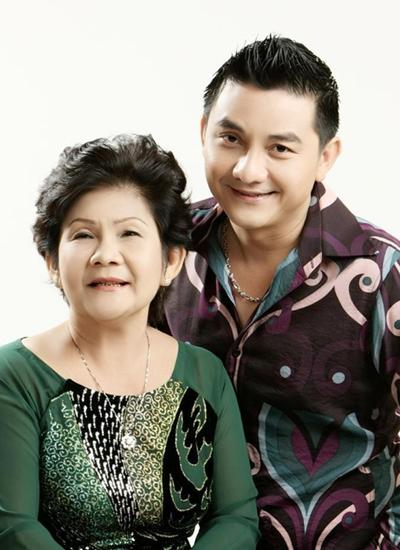 Nghệ sĩ Anh Vũ bên mẹ lúc sinh thời. Nhiều bạn bè cho biết anh là người rất có hiếu với mẹ.