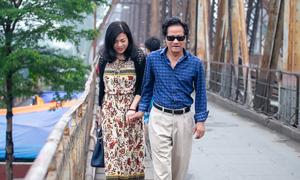 Chế Linh nắm tay vợ thăm Hà Nội mùa hoa loa kèn