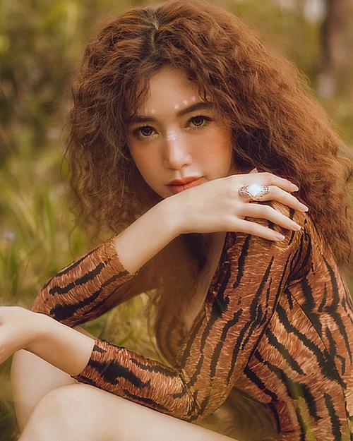 Elly Trần nhận mình là con gái tù trưởng trong bức ảnh mới đăng tải.