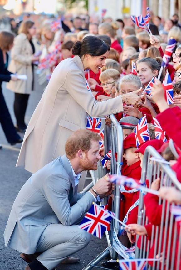 Vợ chồng Harry - Meghan trong lần đầu đến thăm Sussex vào tháng 10/2018, sau khi kết hôn và trở thành Công tước, Nữ công tước xứ Sussex. Ảnh: Instagram.