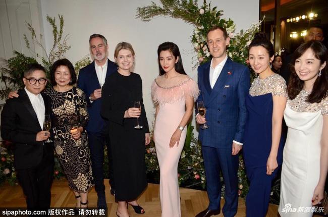 Diễn viên Lý Băng Băng tham gia một hoạt động tổ chức hôm 3/4 tại Thượng Hải. Người đẹp 46 tuổi trông mảnh mai, xinh xắn trong một thiết kế bó sát cơ thể. Từng có tin đồn Băng Băng sẽ làm đám cưới với bạn trai trẻ hơn 15 tuổi trong 2019 này, tuy nhiên cô không lên tiếng xác nhận.