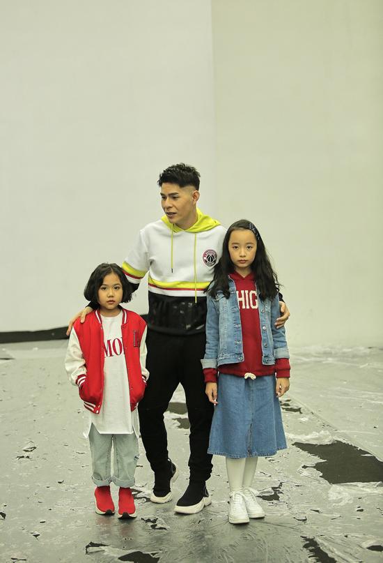 Là người dịu dắt và đưa ra các ý tưởng trình diễn cho các bé, vì thế Nguyễn Hưng Phúc đã theo sát Khánh An - Phương Anh trong quá trình tham gia tập luyện và tổng duyệt tại tuần lễ thời trang.