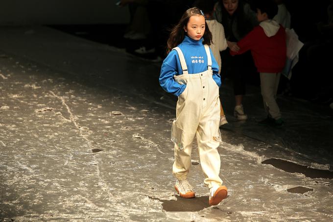Cùng với mẫu nhí Annie Khánh An, Vicky Phương Anh cũng sẽ trình diễn haibộ trang phục trong bộ sưu tập lần này dành cho trẻ em độ tuổi 9 đến 10 tuổi.