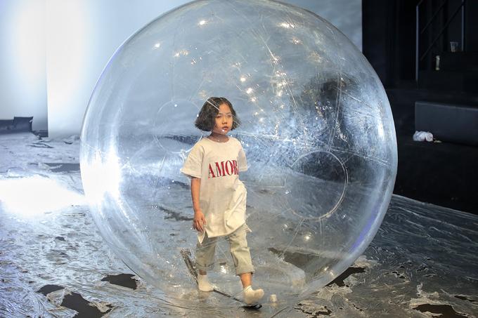 Mẫu nhí Annie Khánh An sẽ trình diễn 2 bộ trang phục 1 bộ first face mở màn cho những chiếc đầm xinh xắn công chúa đáng yêu dễ thương và một trang phụckết thúc bộ sưu tập trong quả bóng nước.