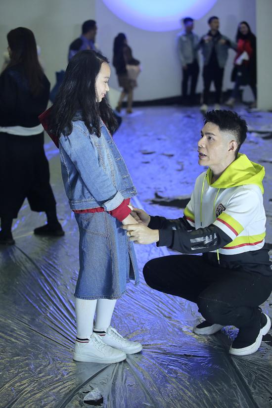 Nguyễn Hưng Phúc căn dặn kỹ lưỡng về lối trình diễn catwalk để phù hợp với trang phục và yêu cầu của nhà thiết kế.