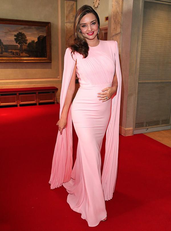 Vào cuối tuần trước, Miranda Kerr tham dự lễ trao giải Gruner & Jahr Spa ở Đức. Cô diện đầm bó sát khoe bụng bầu.