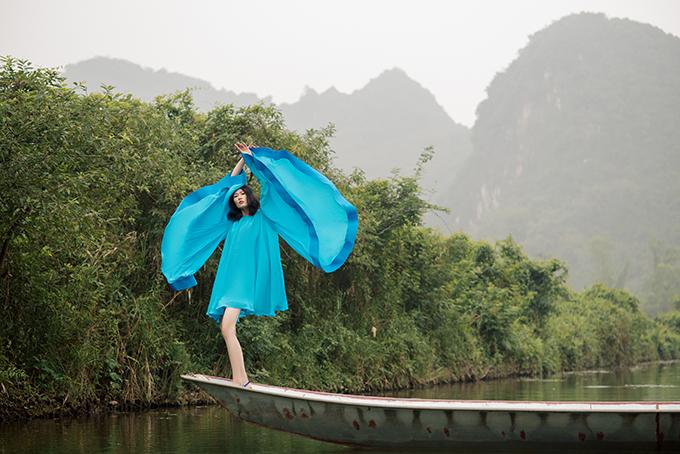 Bộ sưu tập của Hà Linh Thư rất bay bổng, sexy, tươi trẻ và đầy màu sắc. Với bảng màu color block sống động cùng chất liệu organza xuyên thấu, các trang phục tôn lên nét nữ tính của phụ nữ.