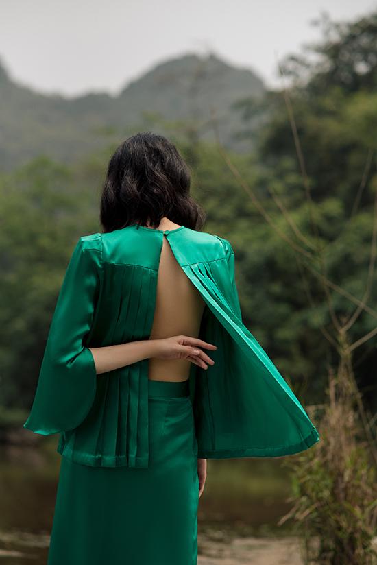 Ở từng mẫu thiết kế, sự phóng khoáng quen thuộc của Hà Linh Thư vẫn được thể hiện một cách ấn tượng qua từng chi tiết nhỏ như chất vải xuyên thấu, đường cut xẻ táo bạo.