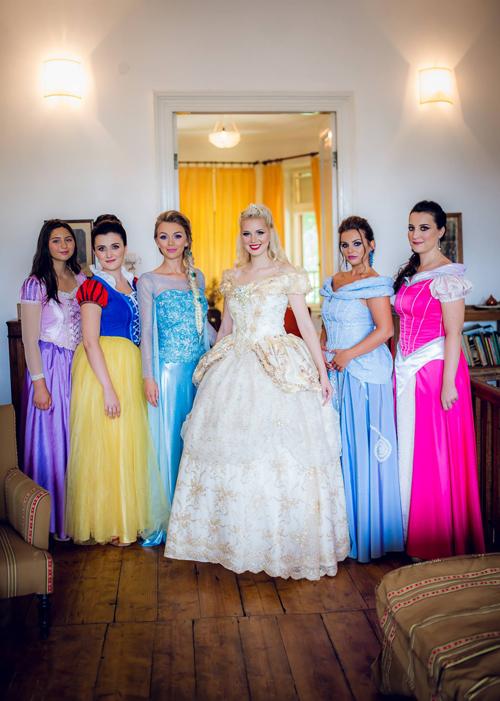 Cô dâu Sandra (thứ 4 từ trái sang) là một nghệ sĩ đến từ Romania. Vì quá yêu thích các công chúa