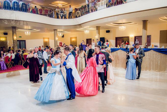 Hội trường tiệc cưới mang phong cách baroque của Pháp năm 1800, theo lối kiến trúc cổ trong bộ phim. Tôi nghĩ rằng các ý tưởng đám cưới của mình sẽ có thểtruyền cảm hứng tới các cô dâu chú rể khắp thế giới, cô dâu Sandra tiết lộ.