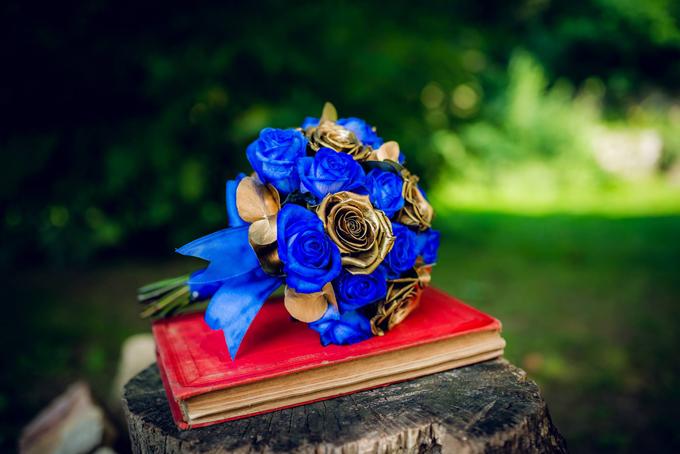 Hoa cưới của cô dâu Sandra cũng đậm chất cổ tích với hồng xanh và hồng được sơn phủ màu vàng đồng. Truyền thuyết xưa cho rằng nếu chúng ta dùng cả trái tim để trồng cây hoa hồng cho người mình yêu thương thì nó sẽ nở ra bông hồng màu xanh, là bông hoa có phép màu kì diệu mang theo điều ước. Vì thế, hoahồng xanh thể hiện thông điệp của tình yêu vĩnh cửu, thủy chung, trường tồn.