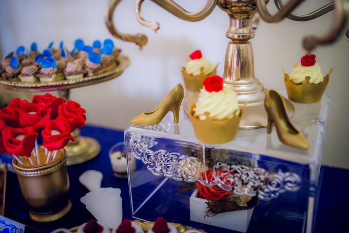 Quầy tiếp tân còn có cả chiếc giày của Lọ Lem, vương miện, bông hồng làm từ kẹo, socola và kem tươi.