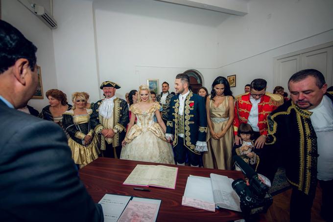 Cha, mẹ, khách mời của uyên ương cũng đều hóa thân thành nhân vật Disney với phục trang lấy cảm hứng từ thời kỳ Phục Hưng (cuối thế kỷ 14).