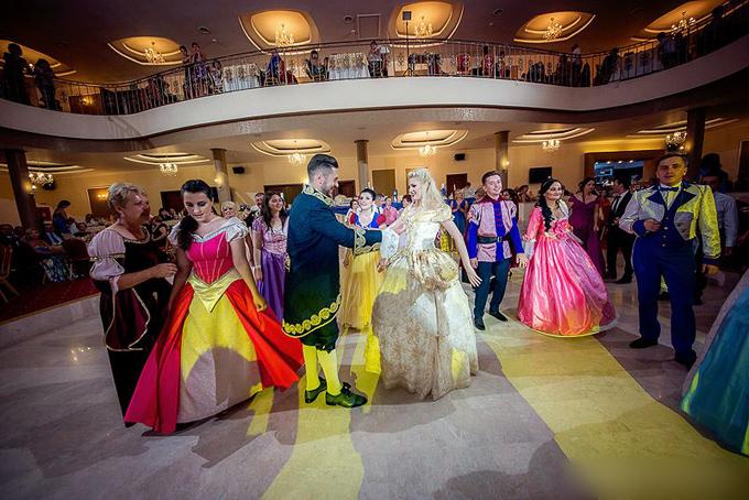 Tất cả khách mời đều thể hiện sự đầu tư, chăm chút cho trang phục dự đám cưới của mình. Họ như nhân vật bước từ màn ảnh ra đời thực.