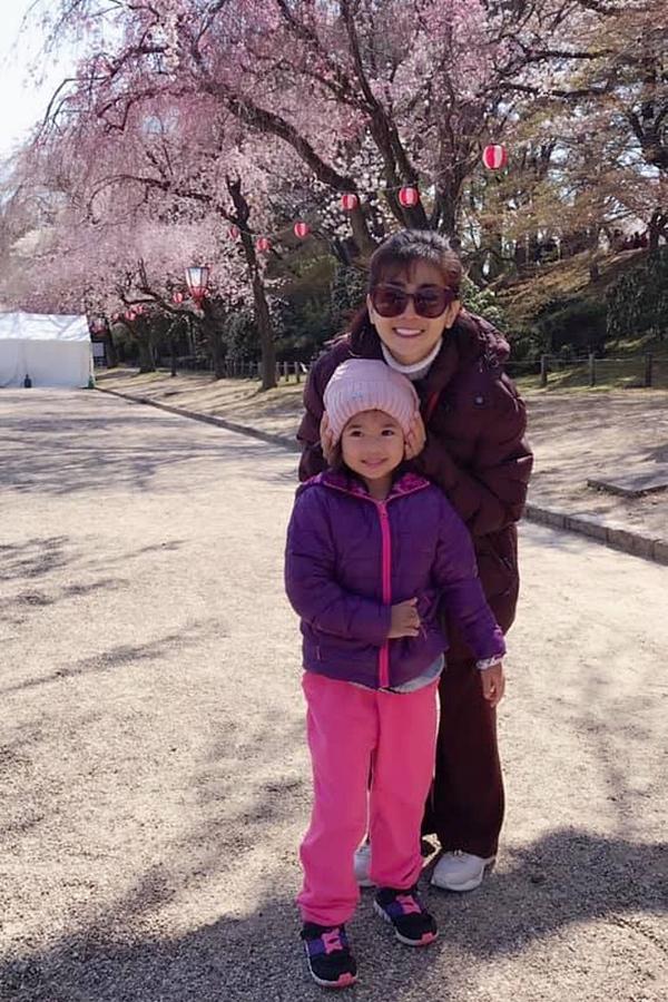 Sáng 4/4, diễn viên Mai Phương chia sẻ một số hình ảnh cô cùng con gái Lavie đi du lịch Nhật Bản và ngắm hoa anh đoàn. Lavie là kết quả của Mai Phương và bạn trai cũ - Phùng Ngọc Huy. Sau khi chia tay nhau, nữ diễn viên sống độc thân và một mình nuôi con.