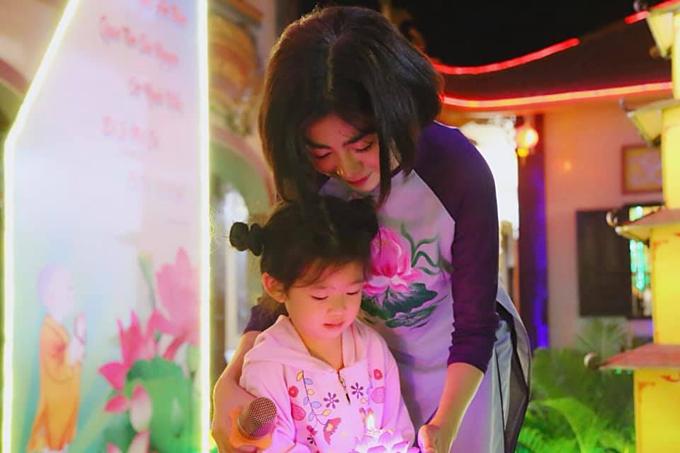 Mai Phương và Lavie trong một chuyến đi từ thiện tại chùa.