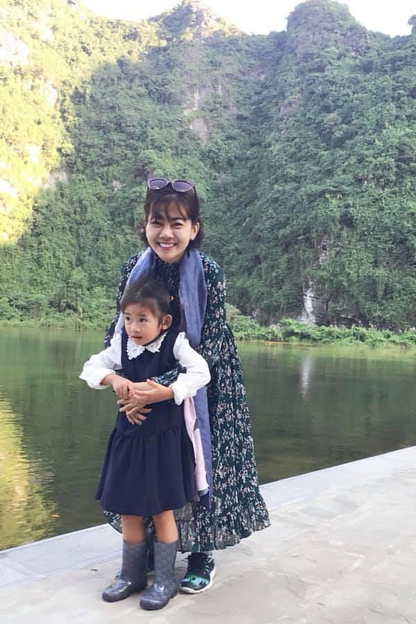 Mai Phương dành thời gian tối đa cho con gái. Cô cũng dẫn bé đi nhiều nơi trước đó, giúp tình cảm mẹ con thêm gắn kết và bé có cơ hội học hỏi thêm nhiều điều.