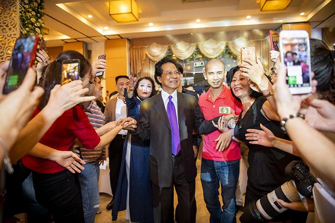 Chế Linh sinh ngày 3/4. Tối qua, nhiều người hâm mộ của nam danh ca đã tề tựu về Hà Nội để chúc mừng ông bước sang tuổi 77.