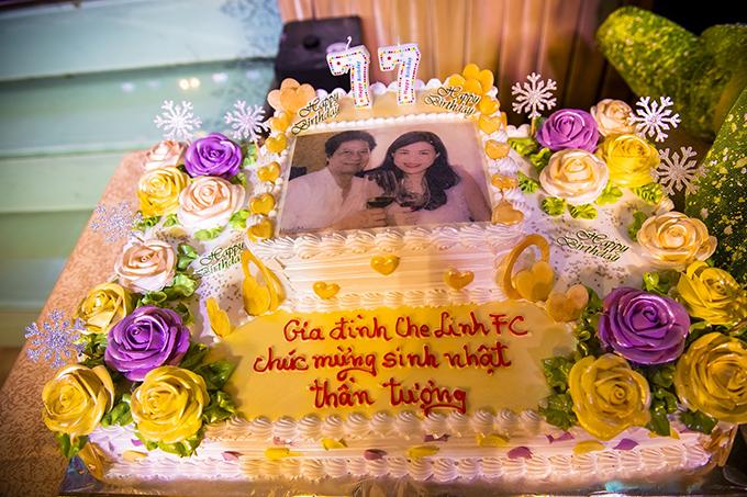 Một chiếc bánh kem cỡ lớn in hình Chế Linh và bà xã Vương Nga được chuẩn bị sẵn để chờ ông đến thổi nến. Đây là lần thứ ba người hâm mộ tổ chức sinh nhật cho nam danh ca tại Hà Nội.