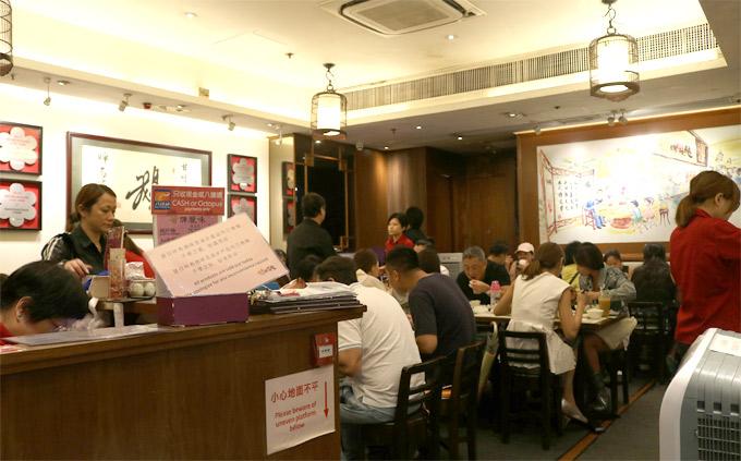Xếp hàng cả tiếng để ăn ngỗng quay Hong Kong ngon từ ngoài vào trong - 1