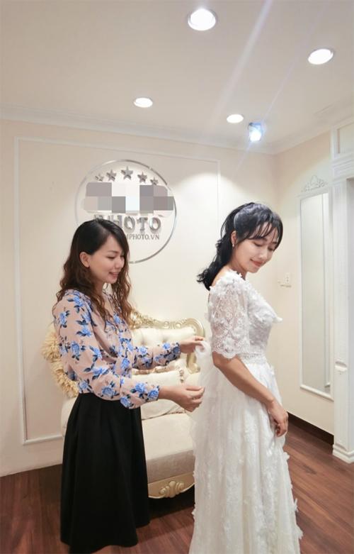 Chi tiết ty lỡ với ren dễ dàng đáp ứng mong muốn củ cô dâu về váy cưới lãng mạn, phù hợp với tiết trời mát mẻ lúc gio mùcủ Hàn Quốc.