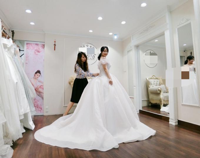 Bộ váy có sự hỗ trợ củ tùng để tạo nên độ phồng đẹp giống bản vẽ và có đuôi dài.
