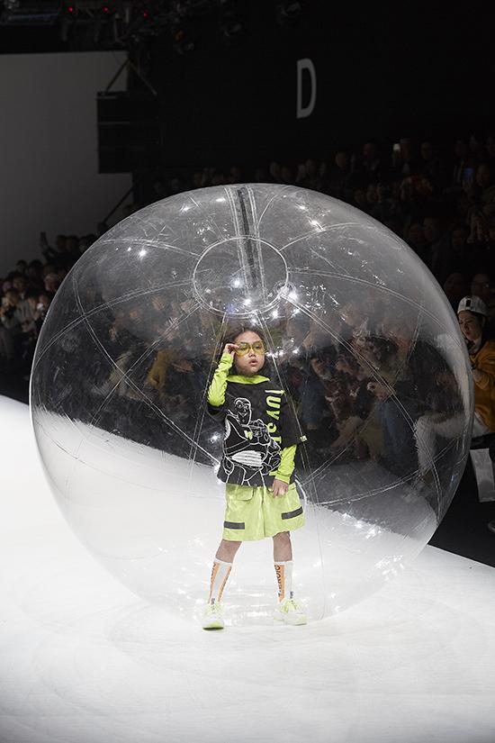 Ý tưởng trình diễn thời trang trong bóng nước một lần nữa giúp Khánh Anh trở thành hiện tượng của đêm diễn và điểm nhấn cho Shanghai Fashion Week năm nay.