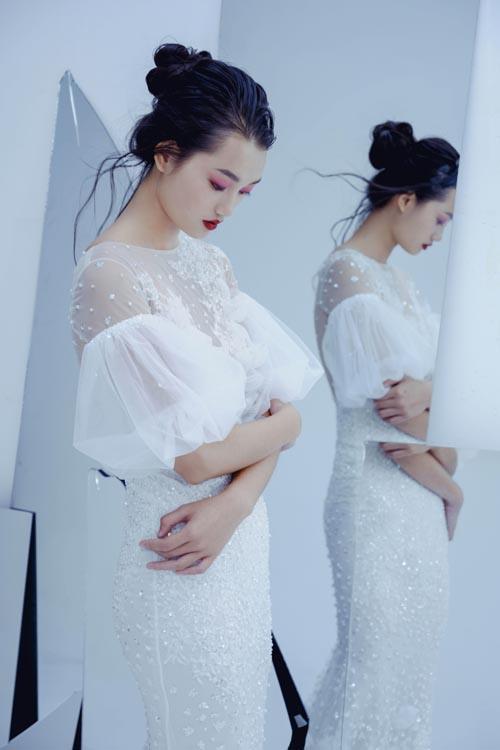 Thiết kế tay phồng áp dụng trên chất liệu voan mỏng giúp cô dâu trở nên mảnh mai và quyến rũ.
