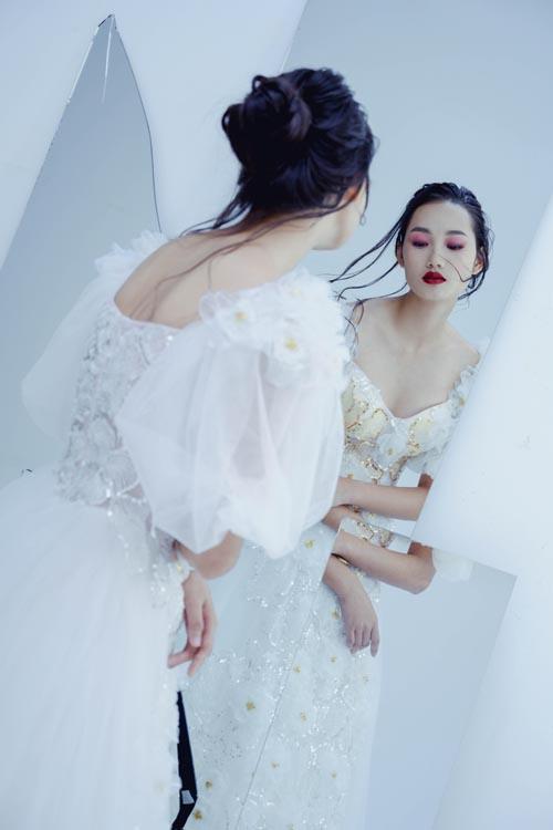 Cô dâu có thể tự tin diện váy với cổ chữ V tôn vòng ngực quyến rũ.