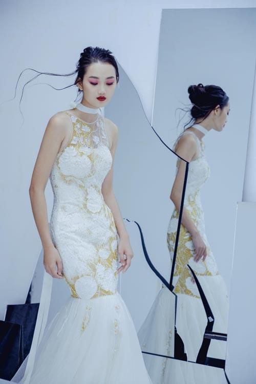 Các mẫu đầm cưới có hình ảnh của những cánh hoa sen đọng sương mai vàtia nắng phản chiếu trên mặt nước. Bức tranh đầm sen trên thớ vải trắng mang đến sự thơ mộng, lung linh và huyền ảo.