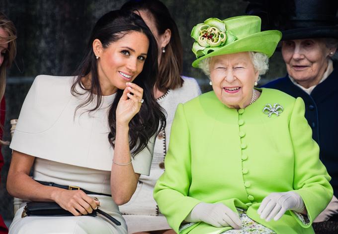 Meghan vui vẻ trò chuyện với Nữ hoàng Anh trong chuyến thăm hạt Cheshire vào tháng 6/2018. Ảnh: Close Weekly.