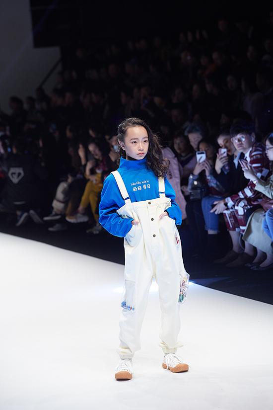 Góp mặt trong đêm diễn còn có sự xuất hiện của bé Phương Anh. E cũng là thành viên của câu lạc bộ người mẫu nhí Pinkids.