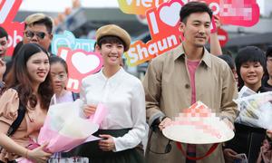 Sao TVB được fan tặng nón lá khi tới Việt Nam