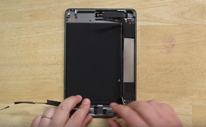 iPad Mini 5 được mổ bụng