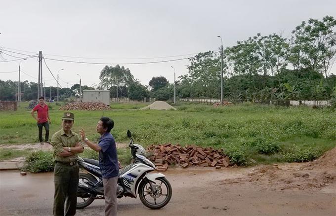 Cơ quan chức năng và người dân kiểm tra khu vực hiện trường cháu bé bị đàn chó tấn công. Ảnh: Xuân Sơn.