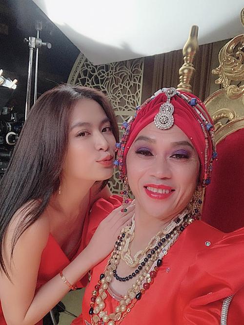 Hoàng Thuỳ Linh thích thú pose hình bên nghệ sĩ Hoài Linh. Trong ảnh, namdanh hàixuất hiện với ngoại hình giả gái theo phong cách phụ nữ Ba Tưxinh đẹp.