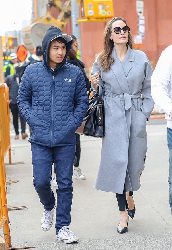 Maddox và mẹ tới Đại học New York hồi tháng 2.