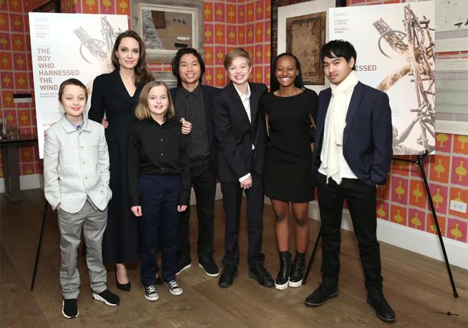 Jolie bên 6 người con tại lễ ra mắt phim  tài liệu Serendipity ở New York tháng 3/2019.