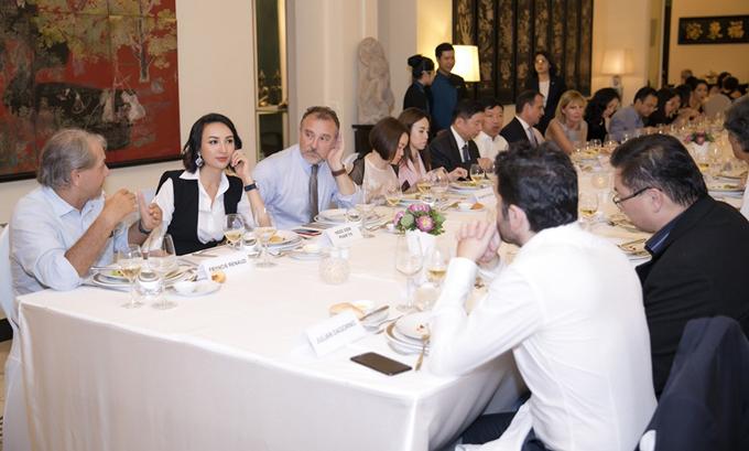 [Caption] PRECIOUS TIME là sự kiện được tổ chức thường niên mỗi năm dành cho các doanh nhân và nhà lãnh đạo quan tâm đến cộng đồng được tổ chức lần thứ 9 bởi Tổ Chức Phi Chính Phủ Poussieres de Vie và Lãnh Sự quán Pháp. Những khách mời tham dự là những nhà lãnh đạo và có ảnh hướng đến cộng đồng đại diện từ các lĩnh vực khác nhau: kinh doanh, nghệ thuật, giáo dục, sức khoẻ... Tiệc do chính ông Tổng Lãnh Sự Pháp  và Chủ tịch Poussieres de Vie - Patric Desir tổ chức với số lượng khách hạn chế, được tổ chức trong sảnh yến tiệc của Tổng  Lãnh sự quán Pháp. Buổi tiệc là cơ hội để các doanh nhân, nhà lãnh đạo và những nghệ sĩ có sức ảnh hưởng đến cộng đồng trao đổi các vấn đề liên quan đến phát triển bền vững, chia sẻ các hoạt động xã hội (CSR - Cooperation Social Responsibility) mà các doanh nghiệp hay tổ chức đang thực hiện.  Trong chương trình lần này, BTC mời ông Lorànt Deutsch – là một diễn viên, nhà văn người Pháp nổi tiếng với sự thành công của những tác phẩm nổi tiếng được bán hơn hai triệu bản trên khắp thế giới. Ông được biết đến rộng rãi với sự am hiểu sâu sắc về lịch sử nước Pháp, và những tác phẩm nghiên cứu về thủ đô Paris. Trong đêm tiệc, tổ chức Poussieres de Vie cũng đã tổ chức đấu giá nhiều vật phẩm như: bức thư viết tay, cuốn sách và một tấm ảnh mà nhà văn Lorànt Deutsch đem đến từ nước Pháp; bộ sưu tập nước hoa, túi xách của những thương hiệu cao cấp của Pháp, bộ áo dài Việt Nam với họa tiết hoa sen được vẽ tay và chuỗi vòng ngọc trai cao cấp; thu về được gần 13.000 USD cho tổ chức thiện nguyện Poussieres de Vie.