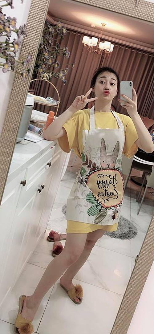 Diễn viên Phương Oanh tranh thủ selfie vìKhi bạn vào bếp nhưng chợt nhận ra trang phục vào bếp của bạn cũng quá ư là tone sur tone.
